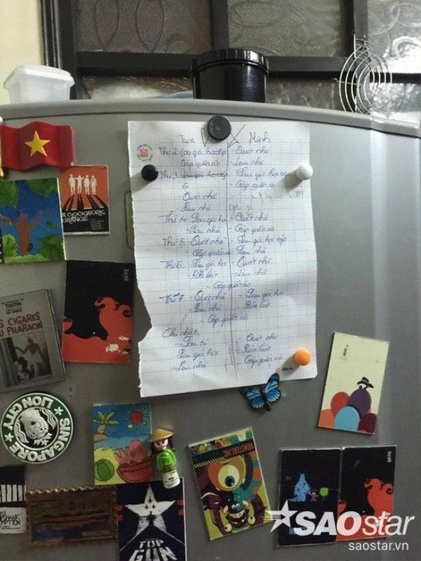 Tờ giấy đơn sơ dán trên tủ lạnh ghi công việc của hai con.