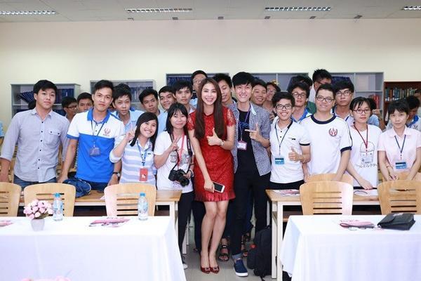 Cô lựa chọn cho mình bộ đầm ren đỏ thiết kế khá đơn giản của NTK Lê Thanh Hòa, make up nhẹ nhàng , mái tóc thẳng buông xõa xuống bờ vai khiến cho những người xung quanh không khỏi xuyến xao bởi vẻ đẹp nhẹ nhàng, nữ tính của nàng Hoa hậu.