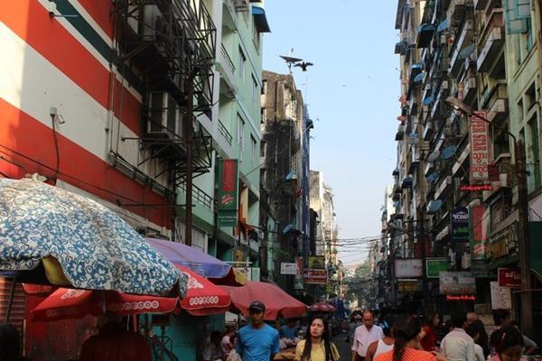 """Khu phố được gọi là """"China Town"""" ở Yangon, nơi tập trung rất nhiều hàng quán và các khách sạn giá trung bình."""