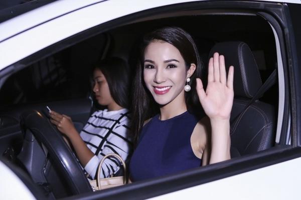 Diệp Lâm Anh tự lái xế hộp bình dân đến phim trường, đây là chiếc xe cô tích góp sau nhiều năm chạy show. Cô hy vọng trong năm 2016, công việc thuận lợi cô sẽ đổi xe và hoàn thành căn nhà mà hiện cô vẫn đang trả góp.