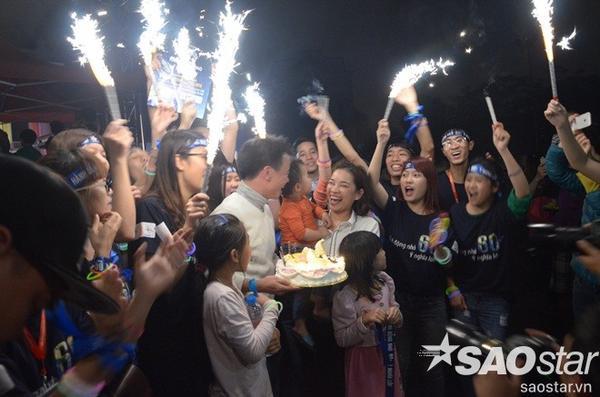 Một bất ngờ nho nhỏ trong chương trình Giờ Trái đất.  Các bạn tình nguyện viên đang cổ vũ và chúc mừng cho cặp vợ chồng nhân kỷ niệm 10 năm ngày cưới.