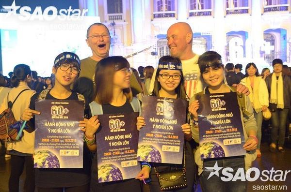 Các du khách quốc tế cũng rất hào hứng tham dự chương trình.