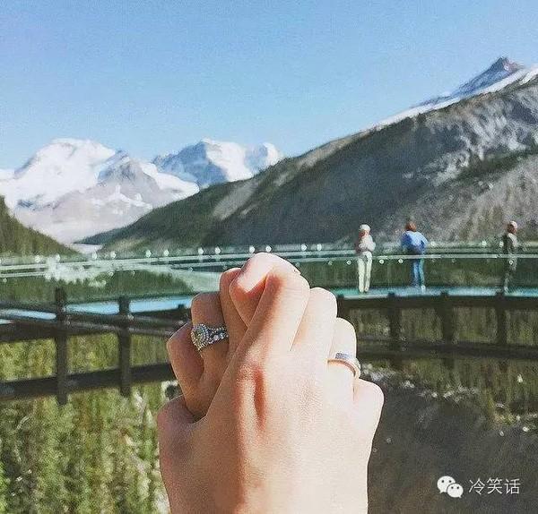 Trong ảnh, chỉ có đôi bàn tay nắm chặt, nhưng họ đã cùng nhau đi qua rất nhiều nơi thú vị.