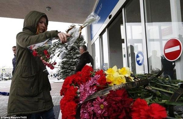 Các thân nhân và cả những người không quen biết đặt hoa tươi tại cửa sân bay của Nha để tưởng niệm các nạn nhân xấu số.