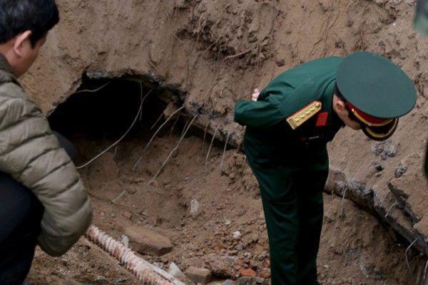Vụ nổ phá vỡ cống bê tông ở phía dưới vỉa hè và tạo thành một số sâu.