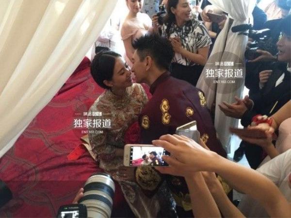 Nụ hôn nồng nàn giữa cô dâu và chú rể trong lễ rước dâu.