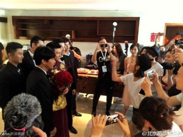Dàn nhà trai hồi hộp trước những yêu cầu từ phía nhà gái trước giờ đón dâu.