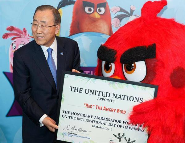 Tổng thư ký Liên Hợp Quốc Ban Ki-moon trao danh hiệu Đại sứ Danh dự cho thủ lĩnh Đỏ trong trò chơi Angry Bird.