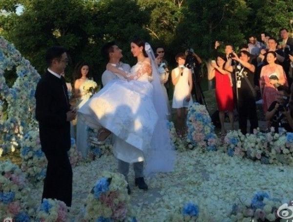 Chú rể ôm chầm cô dâu.