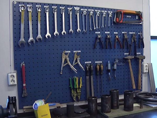 Các vật dụng trong phòng học về lắp ghép, kỹ thuật như thế này chắc chắn không có mặt tại bất cứ trại giam nào trên thế giới bởi mức độ nguy hiểm của chúng như một dung cụ để đào tẩu. Tuy nhiên, ở Na-uy, chuyện đó không bao giờ xảy ra.