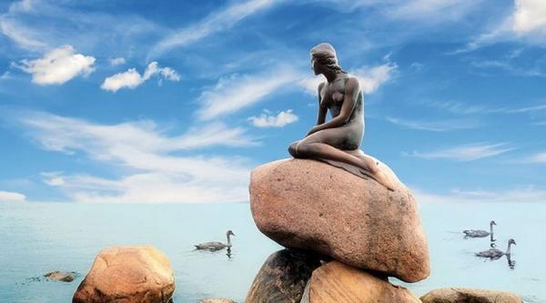 Bức ảnh này có lẽ muốn gửi ý niệm đến người xem về sự cô đơn trước biển cả mênh mông.