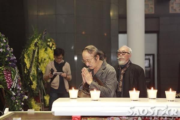 Nhạc sĩ Nguyễn Cường thành tâm trước linh cữu người đồng nghiệp thân thiết.