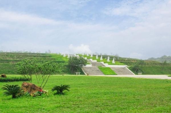 Trục Thần Đạo dài 1km, với 500 bức tượng La Hán được đặt hai bên.
