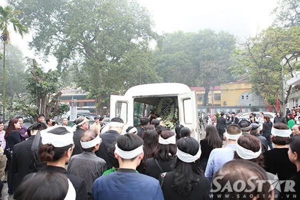 Đúng 10h40, linh cữu nhạc sĩ thanh tùng được đưa về an táng ở Công viên nghĩa trang Thiên Đức (Phú Thọ).