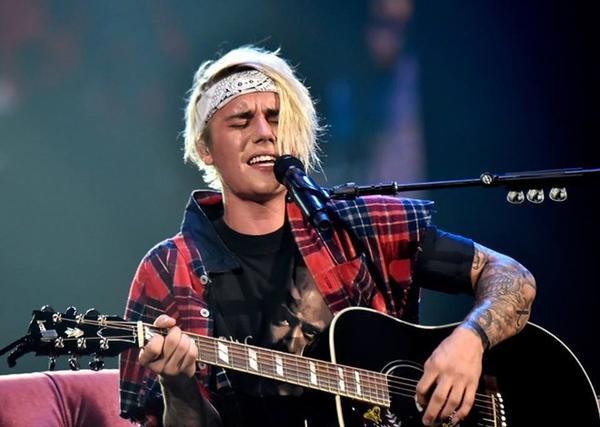 Ôm guitar và trình diễn loạt hit: 'Love Yourself', 'Home to Mama', 'Insecurities'.