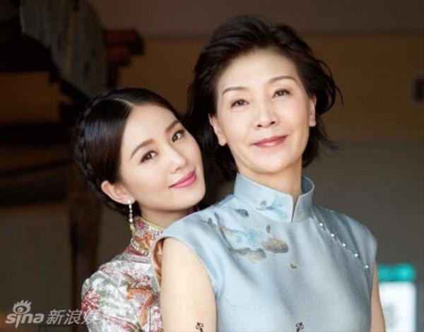 Khi Lưu Thi Thi khoe mẹ trong ngày cưới, khán giả mới trầm trồ phát hiện mẹ cô là mỹ nhân chẳng kém cạnh con gái.