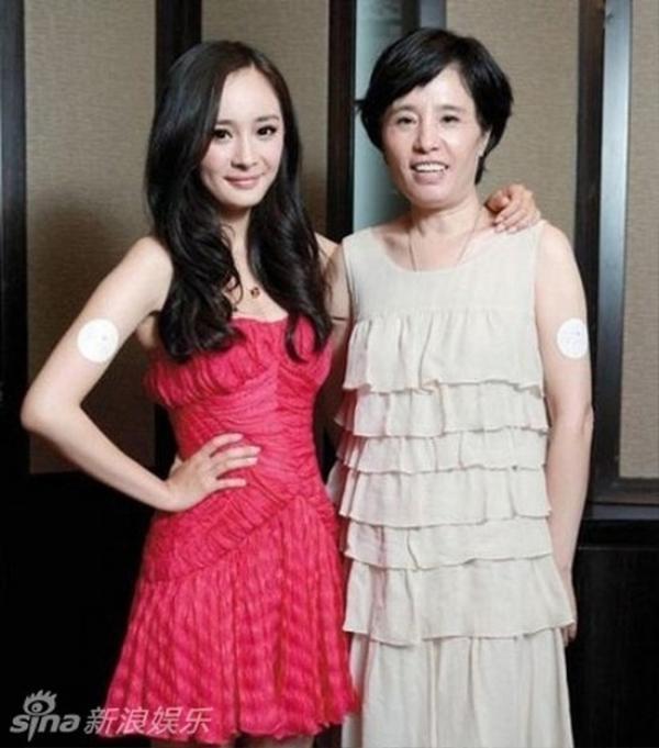 Dương Mịch và mẹ, nữ diễn viên sinh năm 1986 ngọt ngào từ bé nhờ thừa hưởng vẻ ngoài dịu dàng từ mẹ.