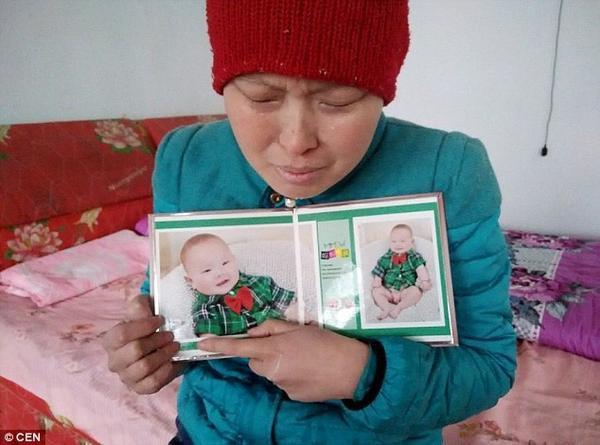 Ding Zhen hiện đang sống tại một thị trấn nhỏ ở Trung Quốc với người cha 52 tuổi. Cả gia đình cô sống trông chờ vào đồng lương rửa bát ít ỏi của cha cô. Cô không đến bệnh viện mà tự điều trị bệnh bạch cầu cấp tính ở nhà bằng cách áp các thanh sắt nóng vào người.
