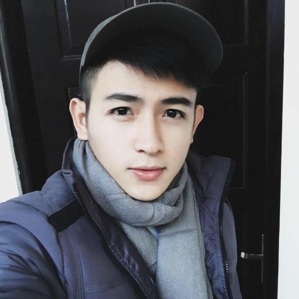 Nhiều người cho rằng vẻ đẹp của anh chàng giống với các diễn viên điện ảnh hoặc người mẫu, vừa có nét đẹp châu Á và lai Tây, quyến rũ. Gương mặt của Dương từng đường nhiều người nhận xét giống ngôi sao Nichkhun nhóm 2PM (Hàn Quốc).