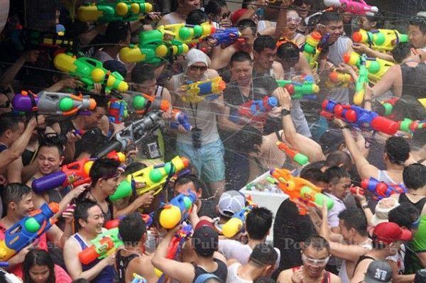 บรรยากาศประชาชนเล่นน้ำสงกรานต์ที่ถนนสีลม