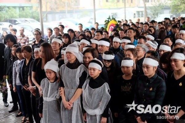 Vợ con Trần Lập khóc nất trong lễ tang. Từ nay, họ sẽ mất đi người chồng, người cha hết mực yêu thương gia đình.