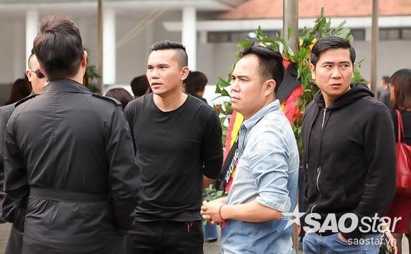 Nhạc sĩ Tú Dưa (áo phông đen, giữa) và Hồ Hoài Anh thể hiện rõ sự đau buồn, tiếc thương trên gương mặt.