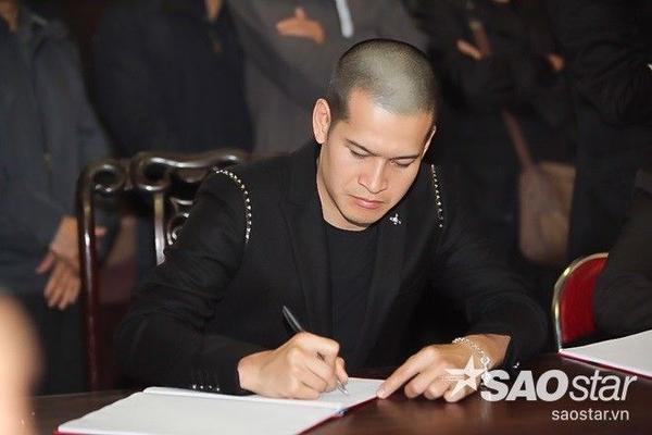 Đạo diễn Việt Tú dành thời gian viết những dòng tri ân người đồng nghiệp vào sổ tang.