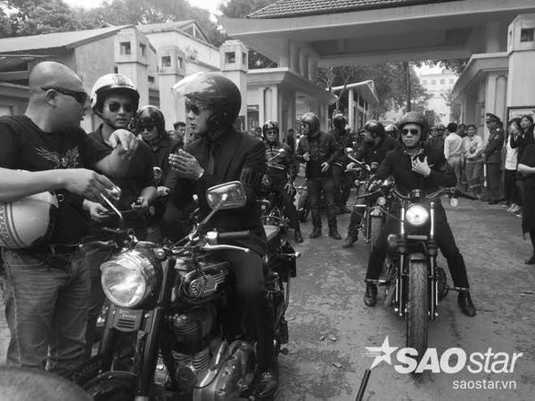 MC Anh Tuấn cầm lái chiếc xe mô-tô của Trần Lập dẫn đầu đoàn đưa tang.