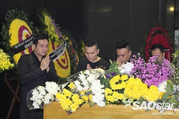 Ca sĩ Minh Quân, nhạc sĩ Tú Dưa cùng thành tâm trước linh cữu của người đồng nghiệp.