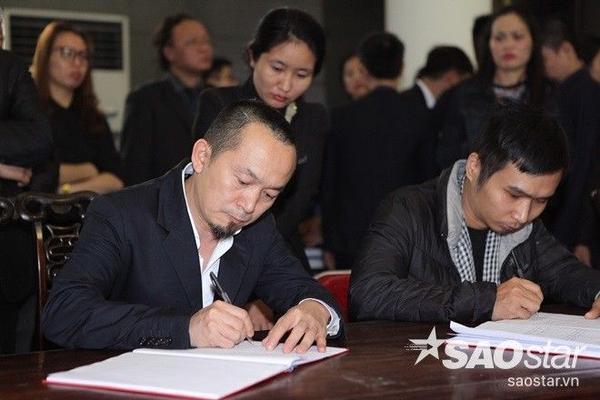 Nhà sản xuất âm nhạc Quốc Trung tại bàn ghi sổ tang.