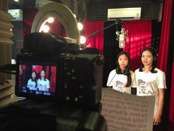 Vợ và con gái Trần Lập trong buổi thu âm, ghi hình ca khúc Đường tới ngày vinh quang cùng các văn nghệ sĩ để tưởng nhớ, vinh danh anh vừa qua.
