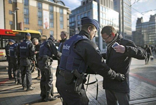 Cảnh sát kiểm tra an ninh phía ngoài ga tàu điện ngầm Midi ở thủ đô Brussels, Bỉ, ngày 22/3. Ảnh: Reuters.