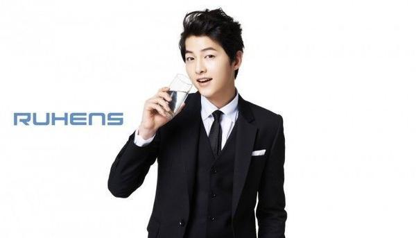 Song Joong ki có mặt ở mọi nơi trong siêu thị.