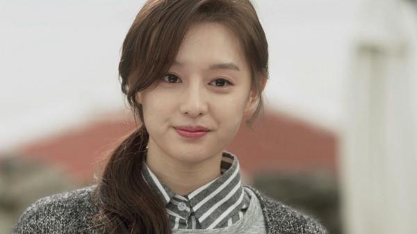 Khi quá bận rộn mà không có thời gian chăm sóc tóc, hãy buộc lên như Kim Ji Won trong One sunny day nhé.