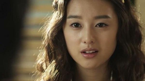Vẫn là tóc dài nhưng với mái tóc mì sợi này trông Ji Won thực sự khác lạ.