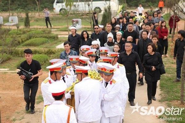 Nhiều anh em, bạn bè nghệ sĩ đã đi cùng đoàn tang để tiễn anh tới nơi an nghỉ cuối cùng.