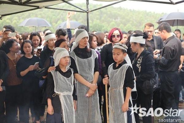 Vợ và hai người con thơ của Trần Lập thẫn thờ trong tang lễ.