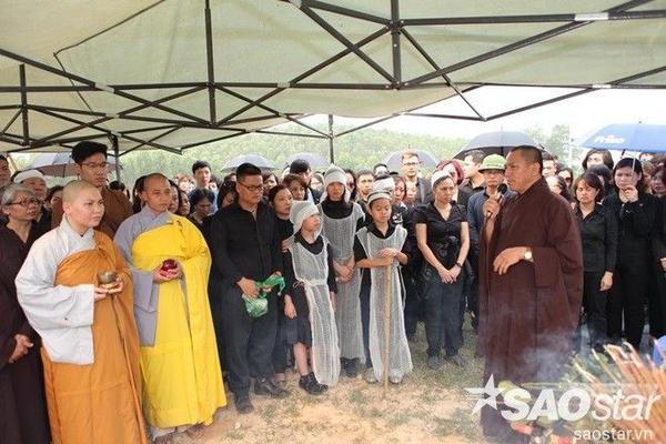 Nhà sư đang thực hiện các nghi thức trong đám tang.