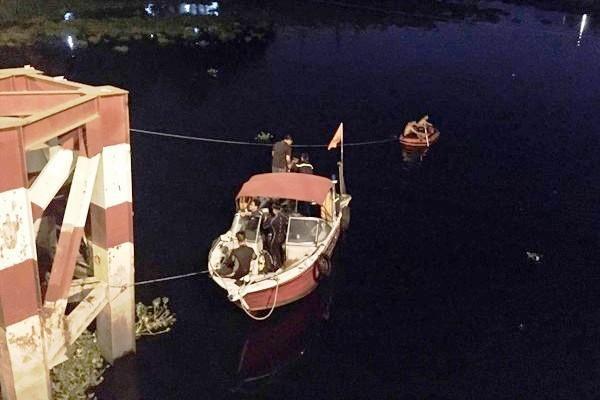 Đến 3h sáng, cảnh sát vẫn tìm kiếm 2 người nhảy sông.
