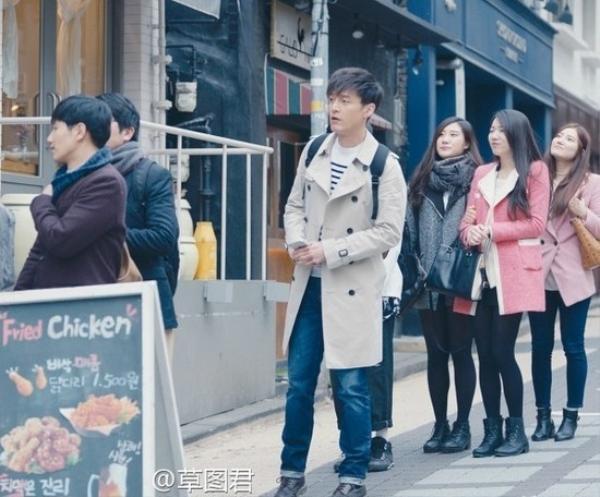 Hồ Ca xuất hiện trên đường phố Hàn Quốc, xếp hàng mua gà chiên.