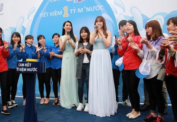 Dù sự kiện bắt đầu từ sáng sớm, nhưng nhiều người, đặc biệt là các bạn trẻ đã có mặt tại đây từ sớm để gặp Ái Phương, Hari Won cũng như tham gia chương trình.