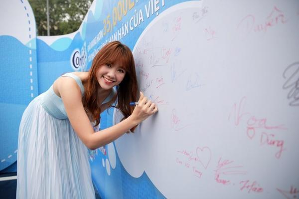 Hari Won ký tên để góp phần mang nước sạch đến cho người dân