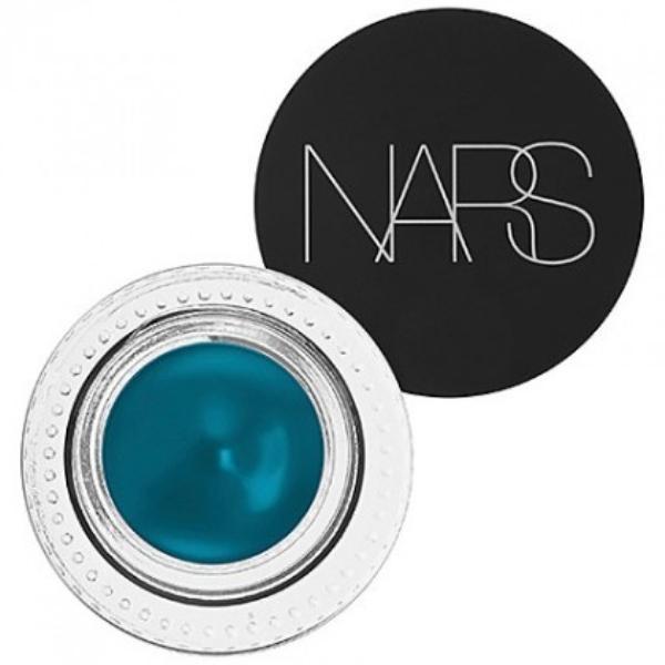 Nếu như thích màu sắc đậm và rõ nét hơn, hãy chuyển qua dùng Gel Liner xanh cobalt của NARS, với thiết kế nhỏ gọn và độ lên màu chuẩn không cần chỉnh.