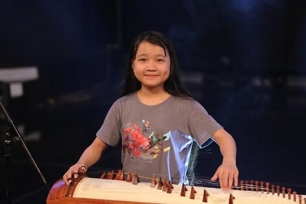 Đến với vòng bán kết, Quỳnh Anh không chỉ hát mà còn phô diễn tài năng đàn tranh lần đầu tiên trên sân khấu. Kết hợp với đàn tranh là một bài hát dân ca Hà Tĩnh nồng ấm.