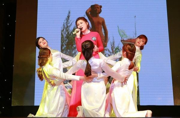 Phần thi tài năng của thí sinh Vũ Nguyễn Bích Ngọc, nữ sinh giành ngôi vị á khôi 1 và Miss Đảm đang.