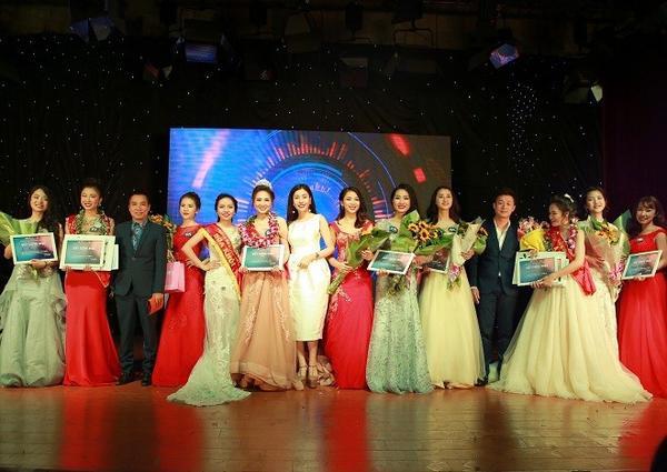 Những thí sinh trong đêm chung kết cuộc thi Tài sắc nữ sinh báo chí 2016.