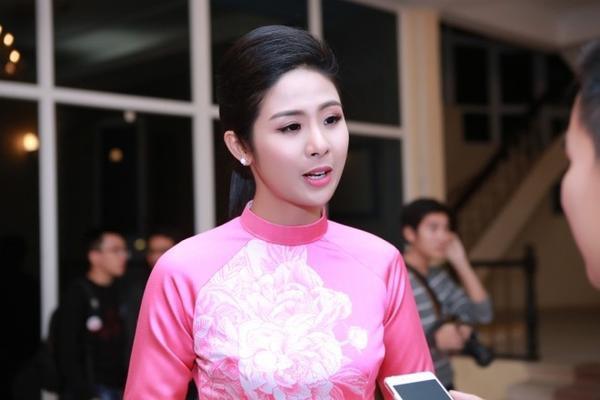 """Bên cạnh đó, Hoa hậu Việt Nam 2010 còn làm chủ một công ty in vải, đồng thời là nhà thiết kế chính trong các bộ sựu tập thời trang của mình. Ngọc Hân cho biết: """"Trong thời gian tới tôi sẽ triển khai dự án áo dài in. Đây là hướng phát triển tiềm năng, là bước đột phá nếu mình biết cách khai thác""""."""