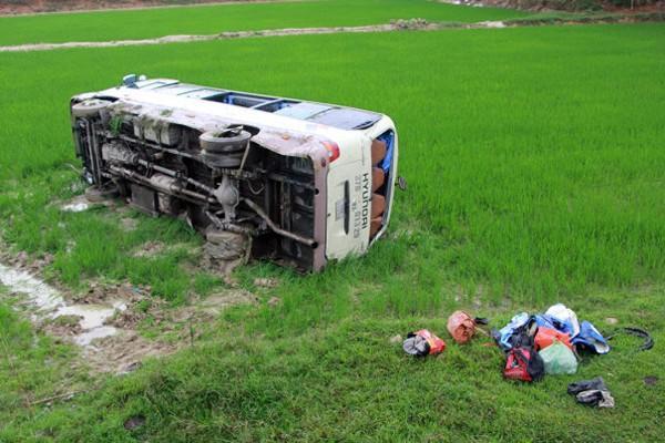 Chiếc xe khách lật ngang xuống ruộng.