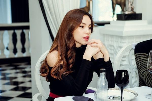 """Với bộ trang phục jumsuit đen hở vai quyến rũ với điểm nhấn đặc là phần thắt lưng cùng giày """"ton sur ton"""", nữ ca sĩ xinh đẹp và tài năng một lần nữa trở thành tâm điểm thu hút mọi ánh nhìn."""