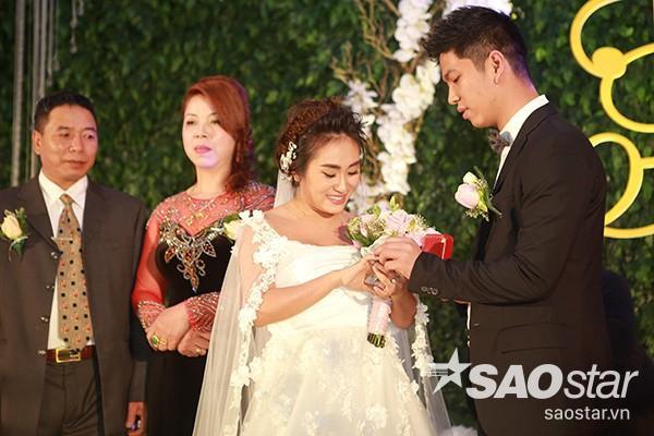 Hai vợ chồng nữ ca sĩ cùng nhẫn cưới.